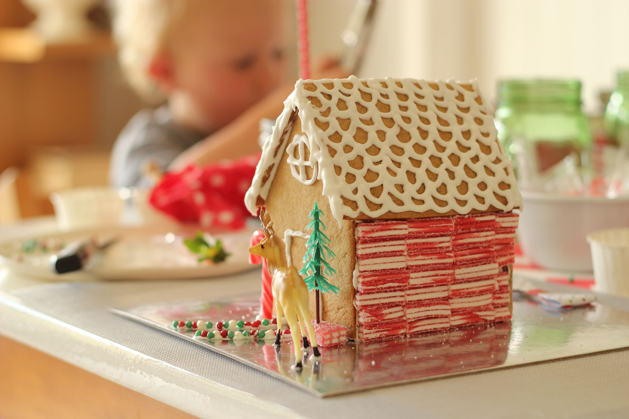 Christmas | Hosting a Gingerbread House Decorating Party